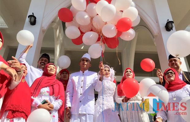 Anggie-El Uja bersama keluarga bersiap menerbangkan balon ke langit di Masjid Putih, Kelurahan Temas, Kecamatan Batu. (Foto: Irsya Richa/BatuTIMES)
