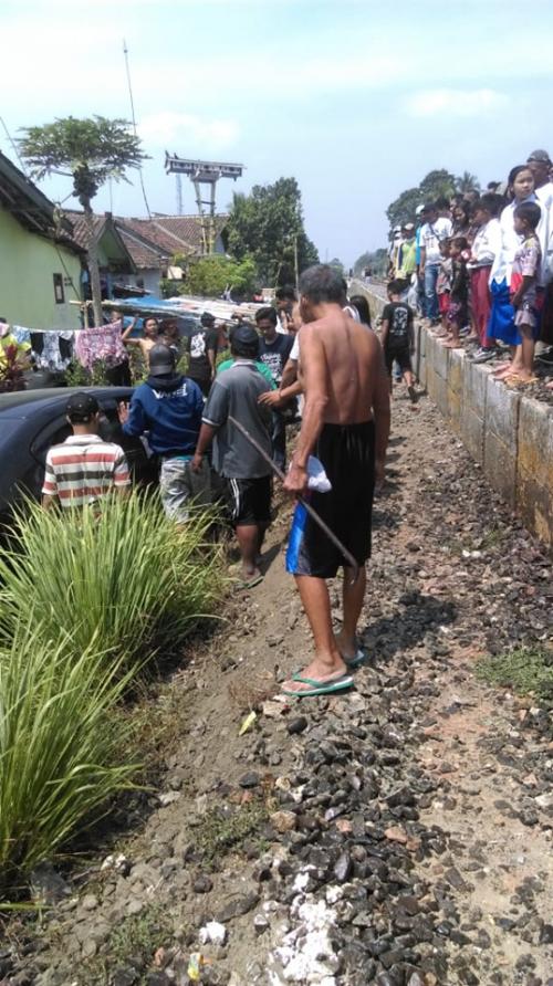 Mobil korban yang terseret sejauh 50 meter dari lokasi kejadian di Dusun Gayam, Desa Rambigundam. (foto : istimewa / Jatim TIMES))