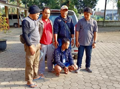Yohanda alias Johan (25) (bawah) usai diringkus petugas di di Kecamatan Siliragung, Kabupaten Banyuwangi, Selasa (17/9/2019).