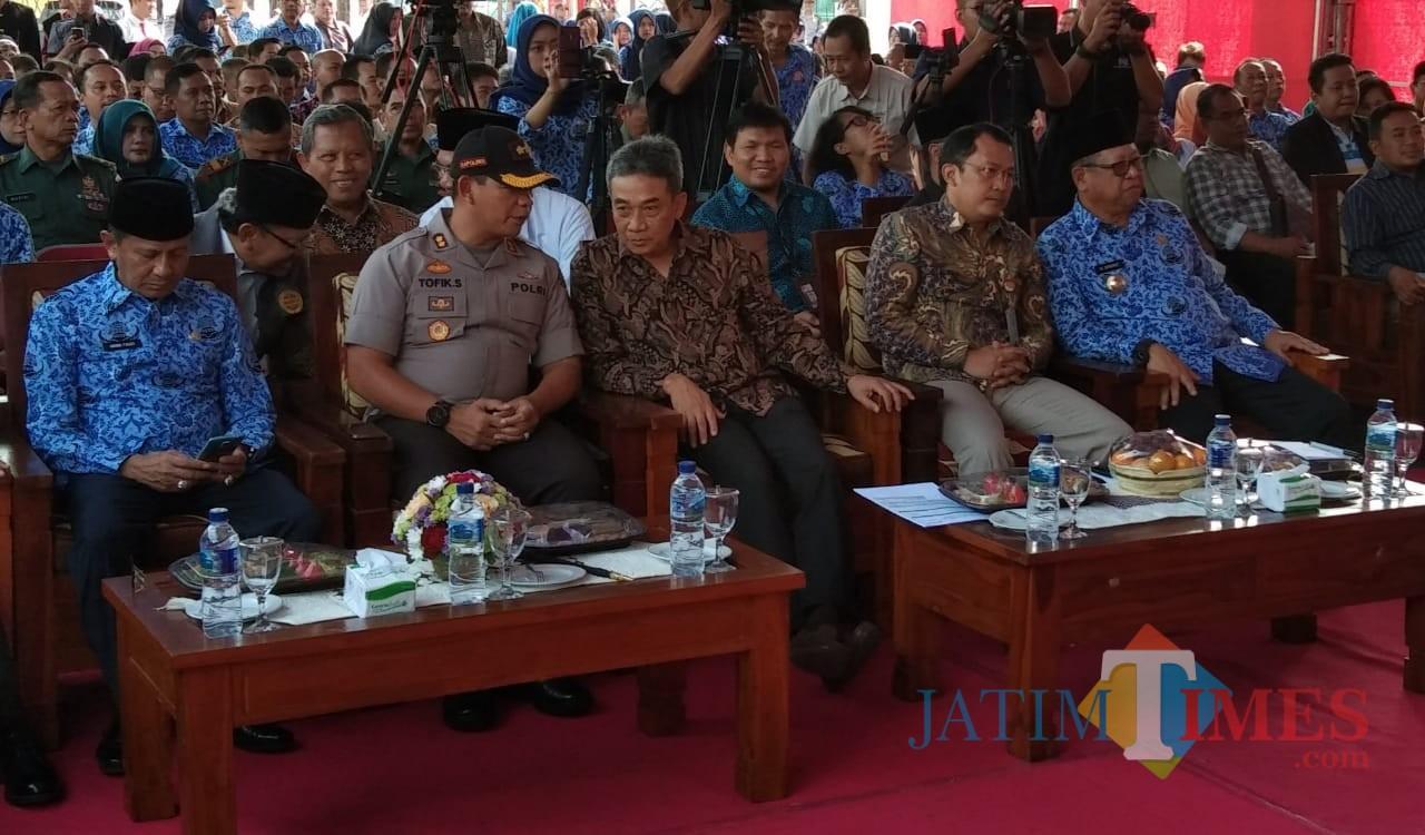 Direktur Pembinaan Jaringan Kerja Sama Instansi Komisi Pemberantasan Korupsi (KPK) Sujanarko (tengah, di sebelah kapolres), Selasa (17/9/19). (foto : Joko Pramono/Jatim Times)