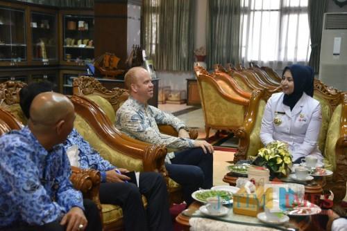 Geoffrey Dean, pajabat kedutaan Kanada, saat diterima Bupati Jember dr Hj Faida MMR di Aula Tamyaloka Pemkab Jember. (foto : Moh. Ali Makrus / Jatim TIMES)