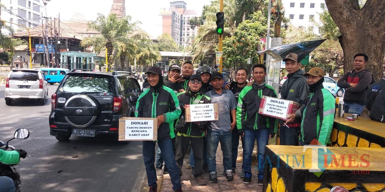 Para driver ojol di Malang melakukan penggalangan dana untuk korban bencana kabut asap. (Foto: Nurlayla Ratri/MalangTIMES)