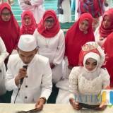 Sepasang pengantin saat mengucap janji suci di Masjid Putih, Kelurahan Temas, Kecamatan Batu. (Foto: Irsya Richa/MalangTIMES)