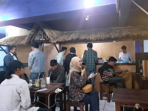 Suasana seru menyanyi dan bermain musik di Coffee Times (Arifina Cahyanti Firdausi/MalangTIMES)