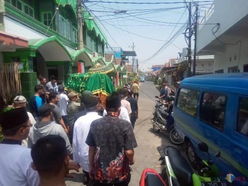 Salah satu korban miras maut yang kemarin (17/9/2019) salati di masjid setempat  (Anggara Sudiongko/MalangTIMES)