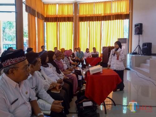 Kepala Dinas Pendidikan Kota Malang, Dra Zubaidah MM saat memberi sambutan dalam Sosialisasi Implementasi Pendidikan Antikorupsi di Gedung Pertamina SMKN 2 Malang. (Foto: Imarotul Izzah/MalangTIMES)