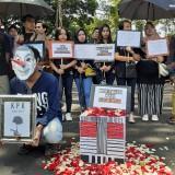 Bawa Payung Hitam, Aktivis di Kota Malang Tabur Bunga Wujud Duka Cita terhadap KPK