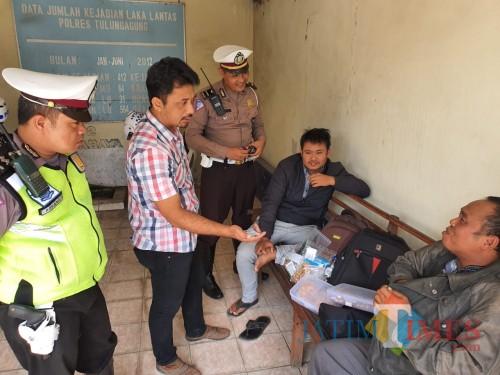 Dua orang yang diamankan saat razia lantas di Pulosari Ngunut, mereka membawa perhiasan emas mencapai 2 Kilogram (Foto : Dokpol / TulungagungTIMES)