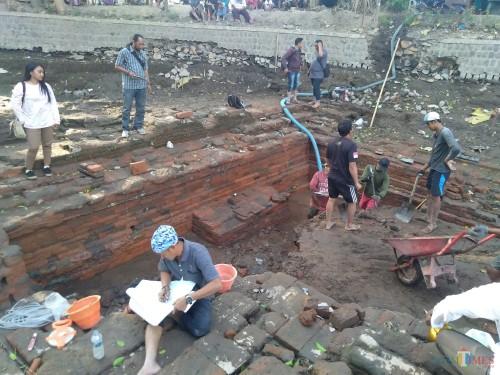 Penampakan struktur bangunan petirtaan saat proses ekskavasi. (Foto : Adi Rosul / JombangTIMES)