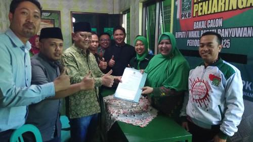 Heru Pratista menyerahkan formulir pendaftaran calon Bupati ke Wakil Ketua DPC PKB Banyuwangi