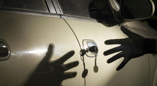 Ilustrasi pencurian mobil pickup menggunakan kunci duplikat (megapolitan.okezone)