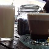 Es kopi lanang (kiri) salah satu olahan andalan di Coffee Times yang bisa dinikmati dengan harga yang super duper murah (Pipit Anggraeni/MalangTIMES)