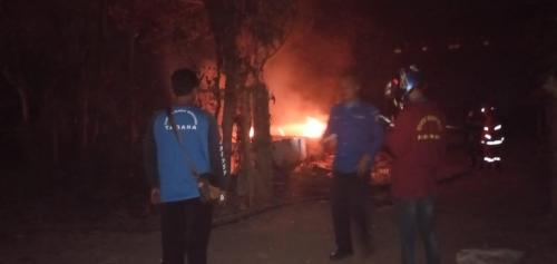 Petugas pemadam kebakaran saat berupaya memadamkan api di kandang ayam yang terbakar (Foto : PPBK Kabupaten Malang for MalangTIMES)