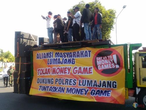 Aksi dukungan kepada Polisi untuk menuntaskan kasus Q-NET (Foto : Moch. R. Abdul Fatah / Jatim TIMES)