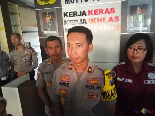 Waka Polres Malang Kota, Kompol Ari Tristiawan (tengah) (Anggara Sudiongko/MalangTIMES)