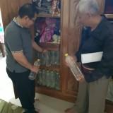 Gelar Razia Miras Pasca Tewaskan 4 Warga, Polisi Temukan Puluhan Botol Miras Oplosan di Lemari Pakaian