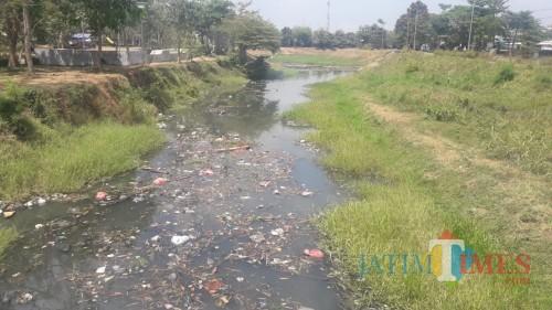 Parah..!! Cara Cepat Buang Sampah di Tulungagung, Dihanyutkan di Sungai Ngrowo