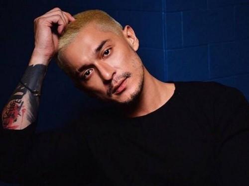 Miller Khan saat mewarnai rambutnya dengan warna platinum blonde.