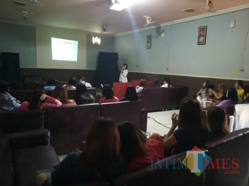 Dokter menjelaskan antisipasi penyebaran virus HIV/AIDS di salah satu kafe hiburan malam kawasan wisata Pantai Prigi.