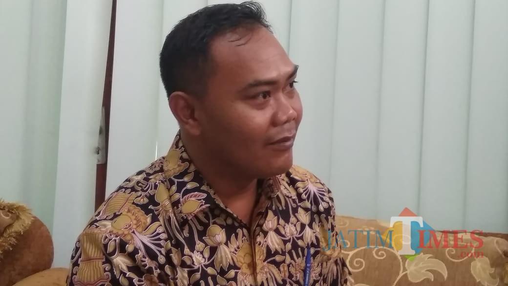 Kabid Pendidikan SD Dinas Pendidikan dan Kebudayaan Kabupaten Jombang Hendro saat diwawancarai di kantornya. (Foto : Adi Rosul / JombangTIMES)