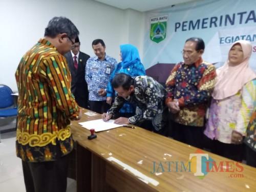 Ketua Koalisi Kependudukan Kota Batu Didik Supriyanto saat menandatangani SK keputusan di Balai Kota Among Tani, Kamis (19/9/2019).