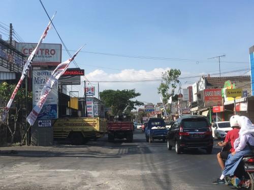 Pajak reklame menggunakan sarana kain yang ada di Kabupaten Malang (Foto : Ashaq Lupito / MalangTIMES)