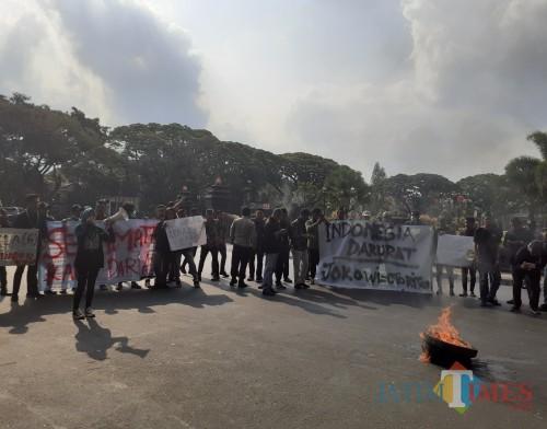 Aksi demo mahasiswa di Kota Malang diwarnai pembakaran ban (Arifina Cahyanti Firdausi/MalangTIMES)