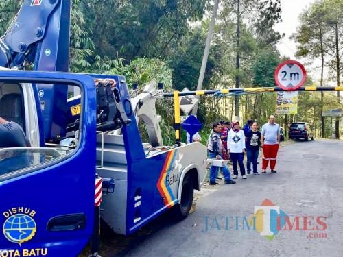 Dinas Perhubungan bersama Kelurahan Songgokerto saat mengganti portaldi jalan Rajekwesi, Klemuk Kelurahan Songgokerto, Kecamatan Batu, Jumat (20/9/2019).