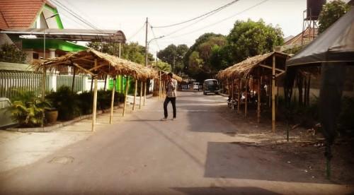 Panitia Pesona Tlogomas saat menyiapkan stand penjual makanan dan minuman (istimewa)