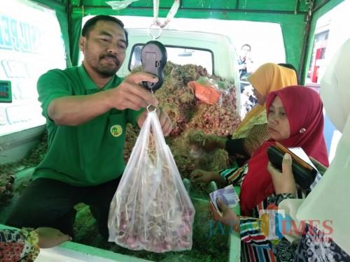 Petugas saat melayani konsumen di Balai Kota Among Tani, Jumat (20/9/2019). (Foto: Irsya Richa/ MalangTIMES)