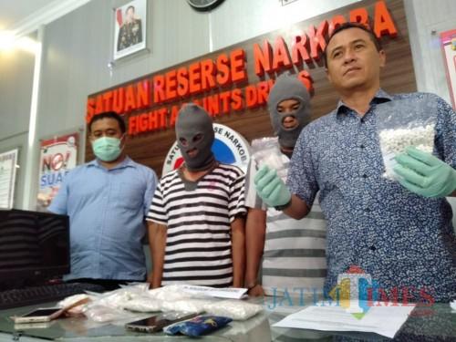 Tersangka M Khudori beserta barang bukti pil koplo saat sesi rilis di kantor Satreskoba Polres Malang (Foto : Ashaq Lupito / MalangTIMES)
