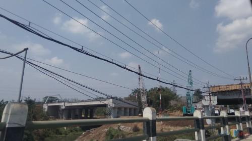 Pembangunan Tol Mapan di atas aliran Kali Amprong, Kota Malang. (Foto: Nurlayla Ratri/MalangTIMES)