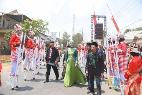 Bupati Jember dr. Hj. Faida MMR saat disambut peserta Festival Egrang di Tanoker Ledokombo (foto : Izza / Jatim TIMES)