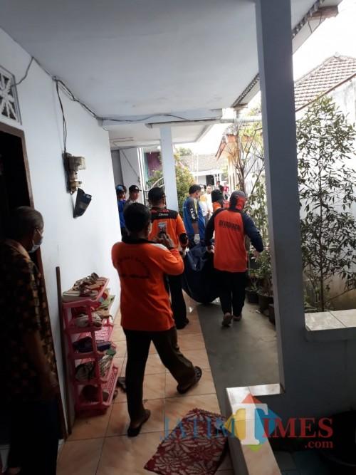 Petugas saat mengevakuasi jenazah korban ke kamar mayat RSSA Kota Malang (Foto : Polsek Kepanjen for MalangTIMES)