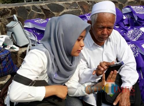 Interaksi antara lansia dan mahasiswa dalam kegiatan Eyang Day's Out di Alun-Alun Merdeka, Kota Malang. (Foto: Dokumen MalangTIMES)