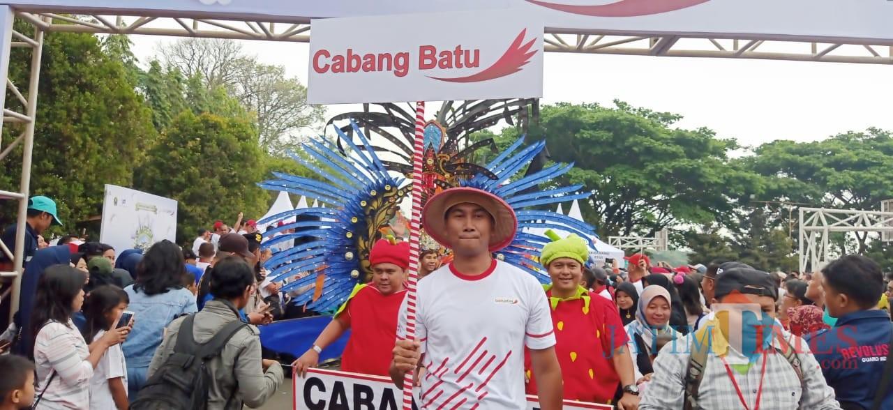 Kontingen peserta jalan sehat dari Bank Jatim Cabang Kota Batu dalam Gemerlap Hadiah Undian Simpeda Regional Bank Jatim. (Foto: Nurlayla Ratri/MalangTIMES)
