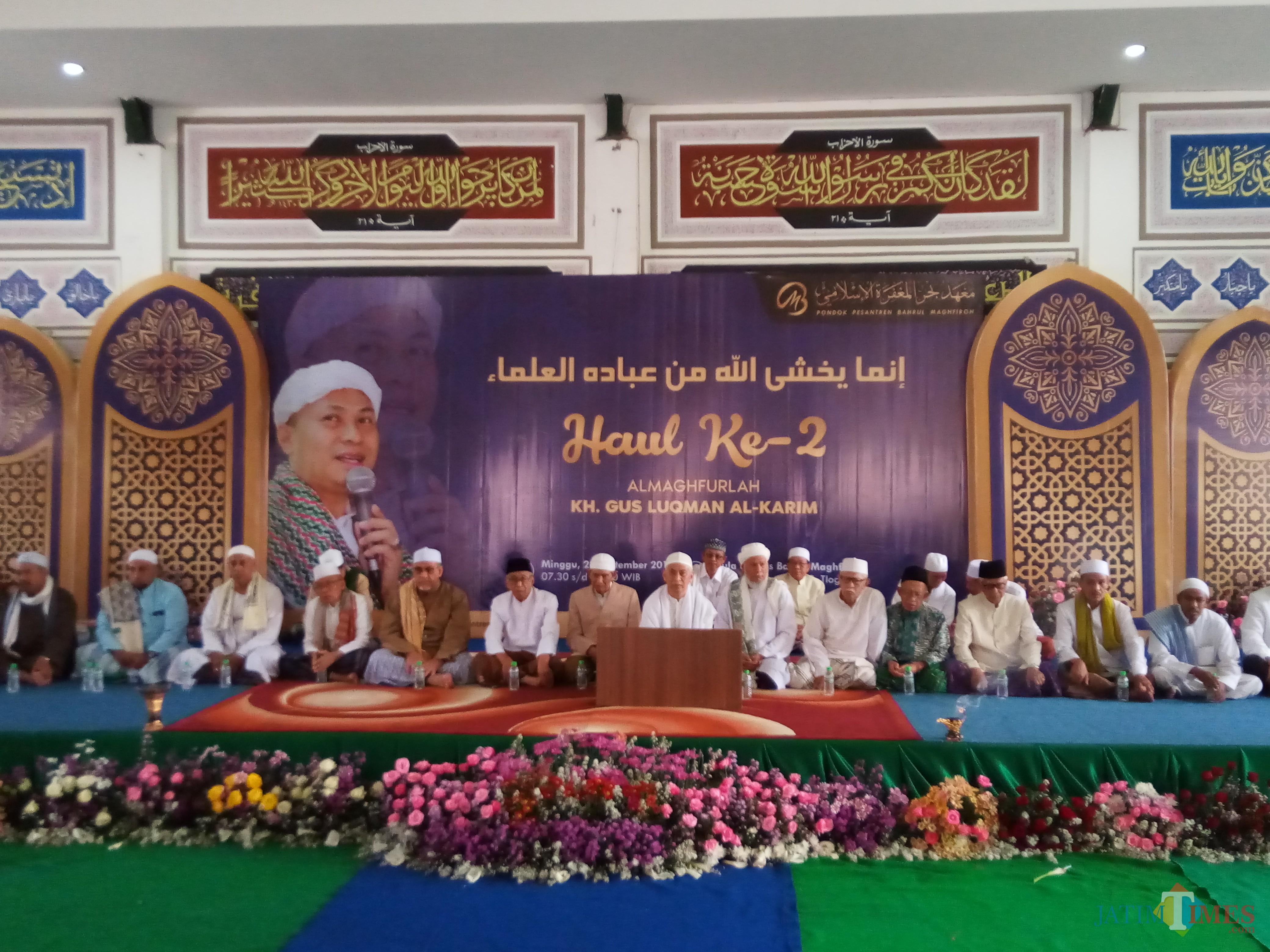 Suasana saat  para ulama membacakan doa pada Haul Ke-2 almaghfurlah KH Gus Lukman Al-Karim di Ponpes Bahrul Magfiroh.  (Anggara Sudiongko/MalangTIMESG