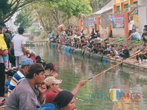 Warga bersama komunitas mancing mania diberbagai wilayah asyik mengikuti lomba mancing sebagai bagian dalam program bersih sungai (for MalangTIMES)