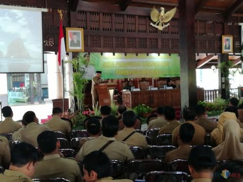Bupati Malang Sanusi saat memberikan sambutan kepada camat dan kepala desa dalam acara pembinaan di Pendapa Kabupaten Malang (Nana)