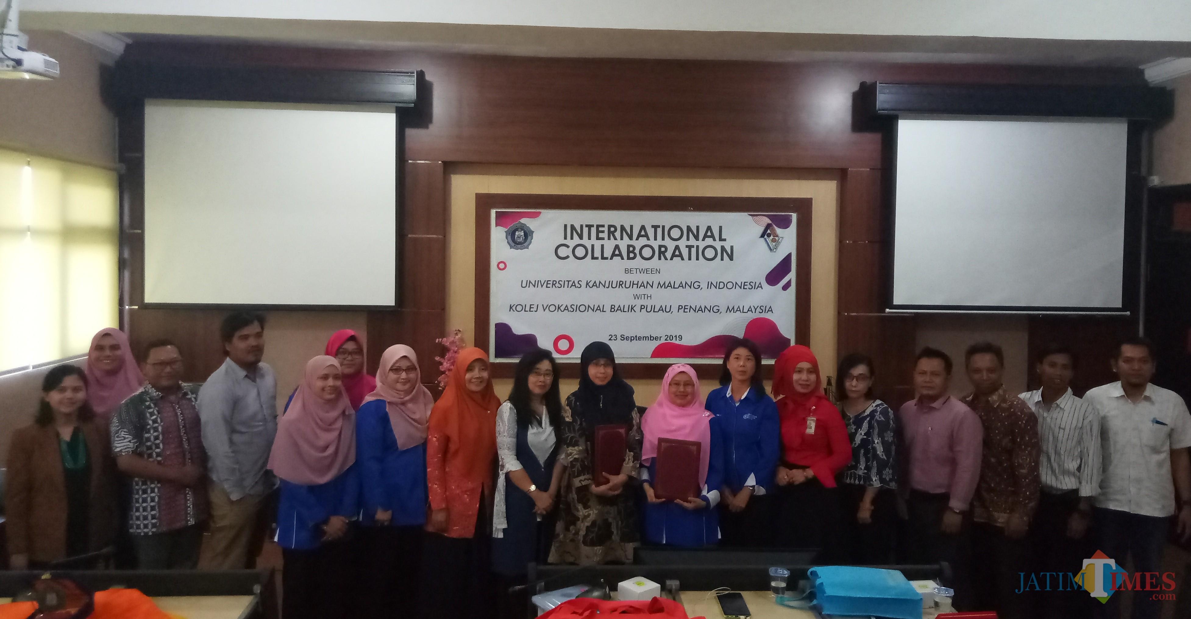 Civitas akademika Unikama berfoto bersama dengan delegasi dari KVBP setelah mengggelar kegiatan International Collaboration. (Anggara Sudiongko/MalangTIMES)