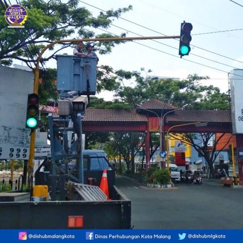 Pemasangan Traffic light (TL) di kawasan Ranugrati lantaran TL alami korslet oleh petugas Dishub (Dishub Kota Malang).