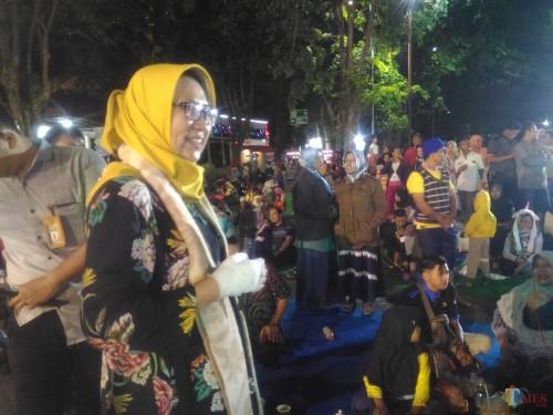 Wakil Bupati Lumajang Ir. Indah Amperawati ditengah-tengah warga (Foto : Moch. R. Abdul Fatah / Jatim TIMES)