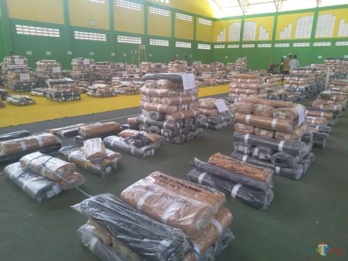 Tumpukan kain seragam gratis berupa Pramuka saat di gedung tennis indoor Jombang. (Foto : Adi Rosul / JombangTIMES)