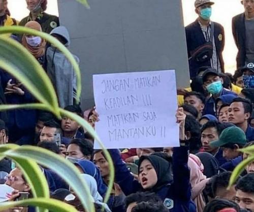 Jangan matikan keadilan, matikan saja mantanku. Kalimat dalam salah satu poster yang dibawa dalam aksi mahasiswa. (Foto: Ist)