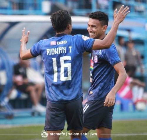 Ridwan Tawainella dan Rivaldi Bawuoh saat merayakan gol melawan PSS Sleman (official Arema FC)