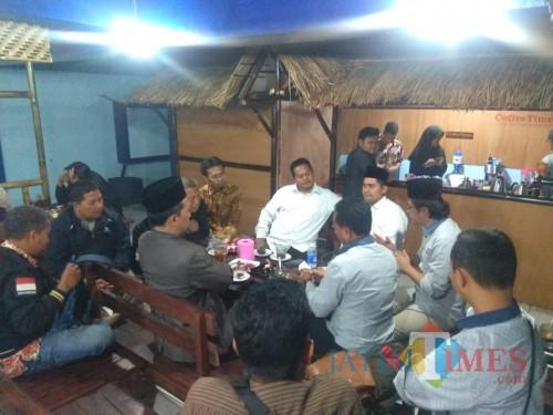 Suasana gayeng jajaran pengurus DPD PKS Kota Malang dan DPRD Kota Malang saat berada di Coffee Times. (Foto: Dokumen CoffeeTIMES)