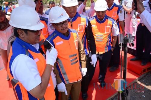 Wali Kota Malang Sutiaji (tengah) bersama jajaran direksi PT KAI saat meninjau lokasi pengembangan Stasiun Malang. (Foto: Nurlayla Ratri/MalangTIMES)