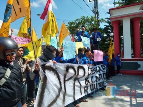Aksi demo mahasiswa di kantor DPRD Kabupaten Blitar.(Foto : Malik Naharul/BlitarTIMES)