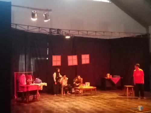 Suasana saat salah satu peserta melakukan teater dalam festival teater 2019 (Anggara Sudiongko/MalangTIMES)