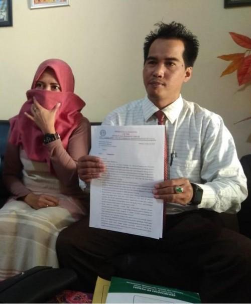 SW beserta kuasa hukumnya saat mengadukan salah satu anggota DPRD Kabupaten Malang dengan dugaan kasus penyebaran foto bugil dan perzinaan ke Polres Malang (Foto : Istimewa)